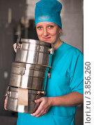 Улыбающаяся медицинская сестра со стерилизационными биксами в руках, фото № 3856260, снято 21 сентября 2012 г. (c) Эдуард Паравян / Фотобанк Лори
