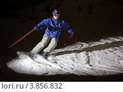 Мужчина на горных лыжах в лучах прожектора. Стоковое фото, фотограф Алексей Егоров / Фотобанк Лори