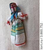 """Украинская традиционная кукла-оберег """"мотанка"""" на фоне холста (2012 год). Редакционное фото, фотограф Олеся Сарычева / Фотобанк Лори"""