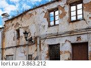 Купить «Фасад очень старого  разрушенного дома», фото № 3863212, снято 25 апреля 2011 г. (c) Shlomo Polonsky / Фотобанк Лори