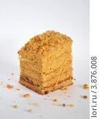 Медовое пирожное на белом фоне. Стоковое фото, фотограф Кравцова Наталья / Фотобанк Лори