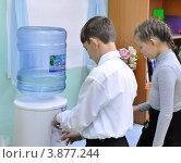 Купить «Дети у кулера с водой», фото № 3877244, снято 28 сентября 2012 г. (c) Вячеслав Палес / Фотобанк Лори