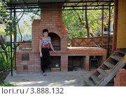 Купить «Женщина стоит около печки», эксклюзивное фото № 3888132, снято 22 сентября 2012 г. (c) Юрий Морозов / Фотобанк Лори