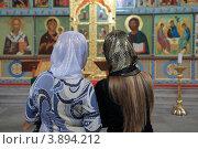 Мама с дочкой в храме (2012 год). Редакционное фото, фотограф Валерий Терляхин / Фотобанк Лори