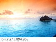 Купить «Бунгало на Мальдивах в закатном свете», фото № 3894968, снято 18 сентября 2011 г. (c) Иван Михайлов / Фотобанк Лори