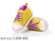 Желтые детские ботинки на белом фоне. Стоковое фото, фотограф Olha Ukhal / Фотобанк Лори