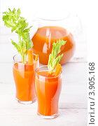 Купить «Морковно-тыквенный сок с сельдереем на белом фоне», фото № 3905168, снято 10 августа 2012 г. (c) Лисовская Наталья / Фотобанк Лори