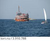 Купить «Туристический экскурсионный корабль и яхта в Адриатическом море. Хорватия, Европа», эксклюзивное фото № 3910788, снято 22 апреля 2019 г. (c) lana1501 / Фотобанк Лори