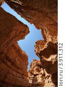 Узкая щель между двух скал в пустыне. Каньон (2011 год). Стоковое фото, фотограф Shlomo Polonsky / Фотобанк Лори