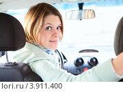 Купить «Девушка за рулем автомобиля смотрит назад», фото № 3911400, снято 20 сентября 2012 г. (c) Кекяляйнен Андрей / Фотобанк Лори