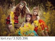 Три девушки-хиппи сидят в траве. Стоковое фото, фотограф Boris Bushmin / Фотобанк Лори