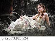 Женщина в красивом длинном платье в сказочном лесу. Стоковое фото, фотограф Boris Bushmin / Фотобанк Лори