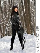 Купить «Красивая молодая женщина с ружьем», фото № 3921880, снято 25 января 2011 г. (c) Сергей Сухоруков / Фотобанк Лори