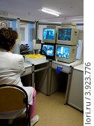 Система видеонаблюдения в больнице с мониторами и медицинским работником, фото № 3923776, снято 17 апреля 2012 г. (c) Эдуард Паравян / Фотобанк Лори