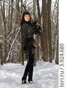 Купить «Привлекательная девушка с оружием в зимнем лесу», фото № 3924680, снято 25 января 2011 г. (c) Сергей Сухоруков / Фотобанк Лори