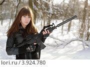 Купить «Вооруженная девушка стоит в зимнем лесу», фото № 3924780, снято 25 января 2011 г. (c) Сергей Сухоруков / Фотобанк Лори