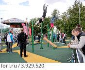 Купить «Street Workout. Соревнования на турнике», эксклюзивное фото № 3929520, снято 1 сентября 2012 г. (c) Илюхина Наталья / Фотобанк Лори