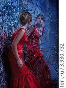 Купить «Красивая девушка в красном платье в всматривается в свое отражение», фото № 3930732, снято 30 августа 2012 г. (c) Алена Роот / Фотобанк Лори