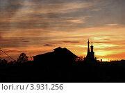 Дом и храм на фоне заката (2012 год). Стоковое фото, фотограф Андрей Мирошников / Фотобанк Лори