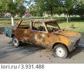 Советская сгоревшая машина. Утилизация. Стоковое фото, фотограф Никонович Светлана / Фотобанк Лори