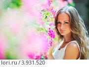 Купить «Светловолосая девушка возле розовых цветов», фото № 3931520, снято 21 июля 2012 г. (c) Иван Михайлов / Фотобанк Лори