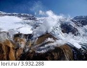 Фумарольные выбросы в кратере Мутновского вулкана. Стоковое фото, фотограф Владимир Бизюлев / Фотобанк Лори