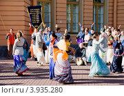 Купить «Кришнаиты танцуют на улице. Санкт-Петербург», эксклюзивное фото № 3935280, снято 7 октября 2012 г. (c) Александр Щепин / Фотобанк Лори