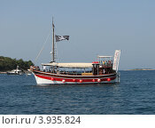 Купить «Прогулочный кораблик в Адриатическом море, город Пореч, Хорватия, Европа», эксклюзивное фото № 3935824, снято 23 октября 2018 г. (c) lana1501 / Фотобанк Лори