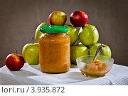 Купить «Яблочное повидло в банке на фоне целых яблок», фото № 3935872, снято 3 сентября 2012 г. (c) Ольга Денисова / Фотобанк Лори