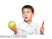 Купить «Растерянный мальчик с яблоком и карандашом в руках на белом фоне», фото № 3937516, снято 7 октября 2012 г. (c) Алексей Кузнецов / Фотобанк Лори