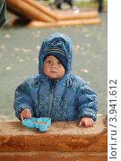 Купить «Мальчик с формочкой возле песочницы», фото № 3941612, снято 9 сентября 2012 г. (c) Яшукова Анна / Фотобанк Лори