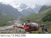 Спасательный вертолет в горах Кавказа (2011 год). Редакционное фото, фотограф Елена Чердынцева / Фотобанк Лори
