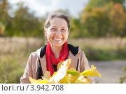 Купить «Радостная женщина средних лет в осеннем парке с букетом из дубовых и кленовых листьев», фото № 3942708, снято 21 сентября 2012 г. (c) Яков Филимонов / Фотобанк Лори