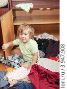 Маленькая девочка наводит беспорядок в шкафу. Стоковое фото, фотограф Яков Филимонов / Фотобанк Лори