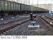 Купить «Железнодорожный светофор на фоне поезда и путей», фото № 3950304, снято 20 октября 2012 г. (c) FotograFF / Фотобанк Лори