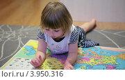 Купить «Маленькая девочка рассматривает большой атлас мира на полу», видеоролик № 3950316, снято 21 октября 2012 г. (c) Кекяляйнен Андрей / Фотобанк Лори