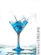 Купить «Синий коктейль плещется в бокал», фото № 3953416, снято 11 декабря 2008 г. (c) Иван Михайлов / Фотобанк Лори