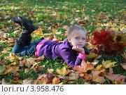 Девочка с кленовым букетом (2012 год). Редакционное фото, фотограф Анна Степанова / Фотобанк Лори