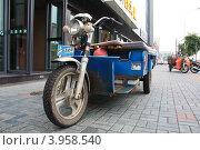 Типичный транспорт китайского тогровца (2010 год). Редакционное фото, фотограф Константин Челомбитко / Фотобанк Лори