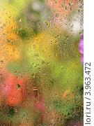 Купить «Капли дождя на стекле с размытым абстрактным фоном», фото № 3963472, снято 25 июня 2012 г. (c) kiyanochka / Фотобанк Лори
