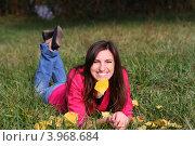 Девушка и осенний лист. Стоковое фото, фотограф Анна Момот / Фотобанк Лори