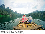 Молодая пара плывет на плоту по озеру (2012 год). Стоковое фото, фотограф Виталий Харин / Фотобанк Лори