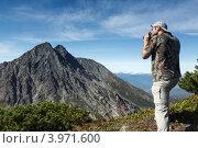 Купить «Турист фотографирует горы на Камчатке. Горный массив Вачкажец», фото № 3971600, снято 26 августа 2012 г. (c) А. А. Пирагис / Фотобанк Лори