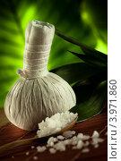 Травяной мешочек для массажа и морская соль. Стоковое фото, фотограф Дмитрий Эрслер / Фотобанк Лори