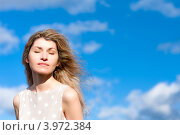 Счастливая Женщина средних лет с закрытыми глазами под солнцем на фоне синего неба, фото № 3972384, снято 7 октября 2012 г. (c) Эдуард Паравян / Фотобанк Лори