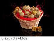 Купить «Корзина с елочными игрушками», фото № 3974632, снято 24 ноября 2011 г. (c) Юлия Кашкарова / Фотобанк Лори