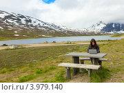 Молодая девушка с ноутбуком среди гор. Стоковое фото, фотограф Dmitry Burlakov / Фотобанк Лори