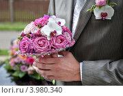 Букет для невесты в руках жениха. Стоковое фото, фотограф Svetlana Mihailova / Фотобанк Лори