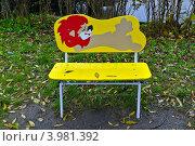 Купить «Я под дождиком лежу! (Красивая детская скамейка в дождь)», фото № 3981392, снято 31 октября 2012 г. (c) Сергей Трофименко / Фотобанк Лори