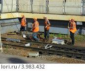 Купить «Ремонтные работы на железной дороге, станция Реутово, Московская область», эксклюзивное фото № 3983432, снято 22 июня 2012 г. (c) lana1501 / Фотобанк Лори